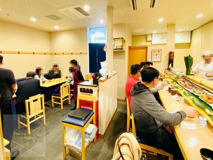 豊洲市場「磯寿司」の店内、テーブル席とカウンター席