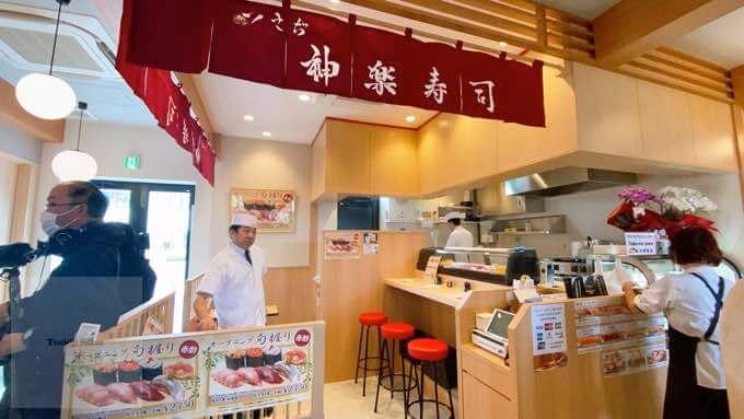 神楽寿司の店内。カウンターと椅子と店員