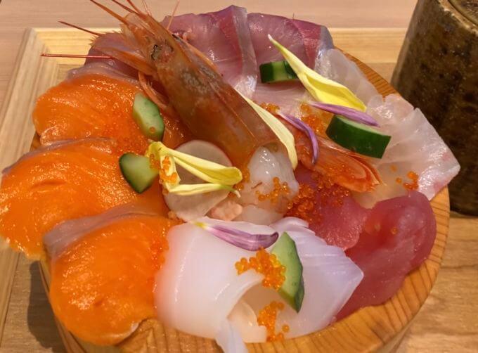 大きな海老ののった海鮮丼
