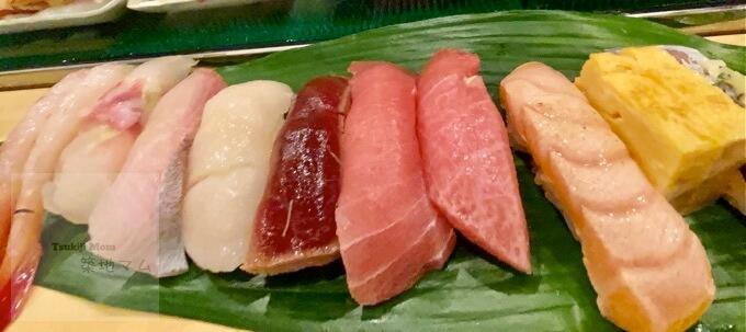 豊洲市場「磯寿司」さんのカウンターに並ぶ握り寿司