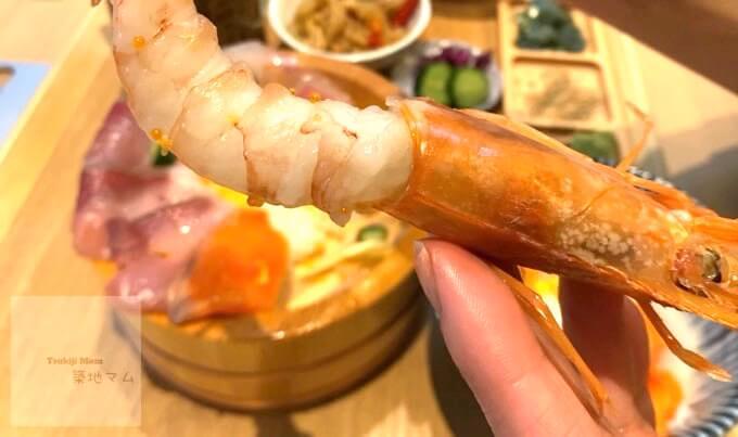 海鮮丼の大きな生えびをむいて食べます